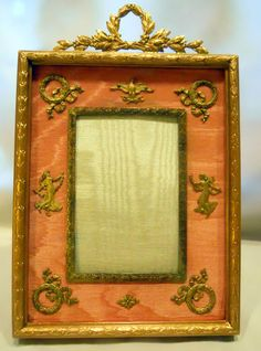 FRENCH BRONZE ORMOLU & PEACH COLORED SILK PHOTOGRAPH FRAME Antique Picture Frames, Old Frames, Antique Frames, Antique Boxes, Vintage Frames, Art Periods, Vanity Tables, Easels, Fireplace Screens