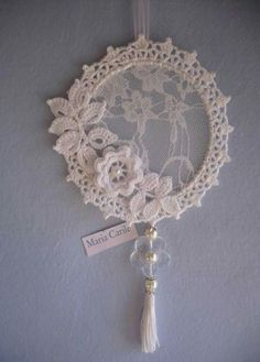 Embroidery hoop dream catcher diy new ideas - Her Crochet Doilies Crafts, Crochet Doilies, Crochet Flowers, Doily Dream Catchers, Dream Catcher Decor, Dream Catcher Mobile, Crochet Home, Irish Crochet, Dream Catcher Patterns