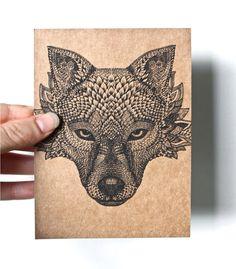 Original Art carte postale, main détaillée de dessin d'une tête de loup, noir sur du papier brun recyclé