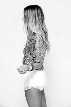 Gold Sequin Top and White Lace Shorts Hippie Style, Look Fashion, Fashion Beauty, Teen Fashion, Fashion Models, Gold Sequin Top, Gold Top, Gold Sequins, Metallic
