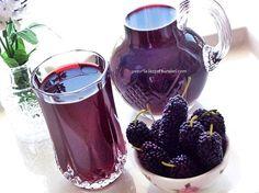 karadut şerbeti izmir de en sevilen içecekler arasında en popüler olanıdır....nefis oluyor.tavsiyemdir...   malzemeler:  1/2 kğ karadu... Vegetable Drinks, Delicious Fruit, Medicinal Plants, Smoothies, Herbalism, Mason Jars, Alcoholic Drinks, Recipies, Food And Drink