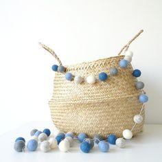 Guirnalda de bolitas de lana en tonos azules - Guirnalda de bolas infantil - Decoración infantil - Guirnaldas de fieltro decoración fiestas de NicolasitoEs en Etsy
