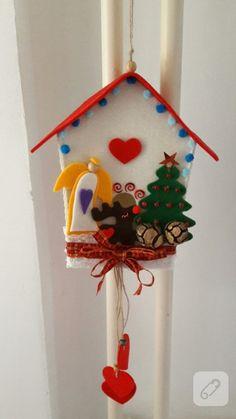 keçe, meşe palamutu, kurdele ve boncuk kullanılarak hazırlanmış ev şeklindeki kapı süsü, yılbaşı dekorasyon fikirleri arayanlar için ilham verici, yeni yıl süsleme fikirleri...