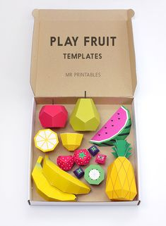 """Echte Lebensmittel verderben ja in der Wohnung recht schnell. Warum also den Obstkorb nicht mit Papier-Früchten befüllen? Vielleicht sucht ihr aber auch günstiges Spielzeug für den Nachwuchs. Der kann mit den """"Play Fruit Templates"""" von Mr Printables auch gleich für die Zukunft lernen. Die PDF-Vorlagen für die verschiedensten Früchte könnt ihr euch herunterladen, ausdrucken, ausschneiden und dann ordnungsgemäß zusammenbauen. Da habt ihr dann auch gleich die passende Deko für den Sommer."""