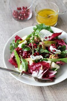A simple and modern Christmas salad is made with pears pomegranate radicchio gorgonzola and walnuts and mustard vinaigrette (in Finnish) Salad Recipes Healthy Lunch, Salad Recipes For Dinner, Healthy Foods, Wine Recipes, Whole Food Recipes, Pesco Vegetarian, Pomegranate Recipes, Food Inspiration, Food Videos
