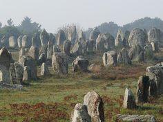 La commune de Carnac se situe à quelques kilomètres au nord de la presqu'île de Quiberon. Cette petite ville de moins de 5 000 habitants est étonnante en raison de son ensemble de sites mégalithiques tels que l'alignement du Ménec, celui de Kermario ou de Kerlescan. Guide de voyage Morbihan : Alignements de Carnac