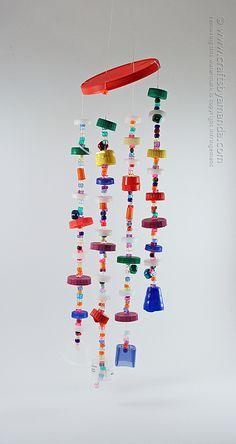 Hacer un carrillón de tapas de plástico reciclados!  Paso a paso completo tutorial con instrucciones para imprimir de Oficios de Amanda!