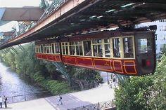 10 - Entre los ferrocarriles más pintorescos de Europa está el tren colgante de Wuppertal, en el estado alemán de Renania del Norte-Westfalia. Son solo 13,3 kilómetros de recorrido pero valen la pena tanto por el paisaje como por ir en un tren que no circula pegado a la vía, como casi todos los del mundo, sino colgado de los raíles, por encima del río y de las casas.