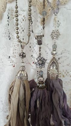 one of a kind handmade Zijden lint kwastje ketting . one of a kind handgemaakt Ribbon Jewelry, Tassel Jewelry, Textile Jewelry, Fabric Jewelry, Beaded Jewelry, Handmade Jewelry, Jewellery Box, Tassel Necklace, Ribbon Necklace