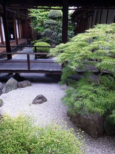 Japanese garden. I love this. it is simple and yet elegant looking. #japanesegarden #japanesegardening