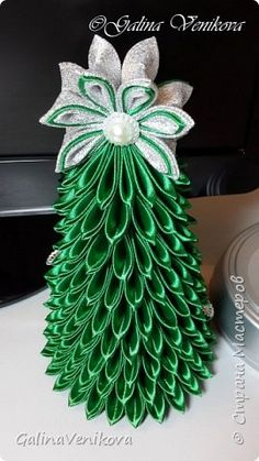 Доброго времени суток, дорогие мастерицы! В преддверии Нового года предлагаю свой мастер-класс по изготовлению совсем не сложной ёлочки-канзаши. Вот такую красавицу мы будем делать сегодня. фото 25