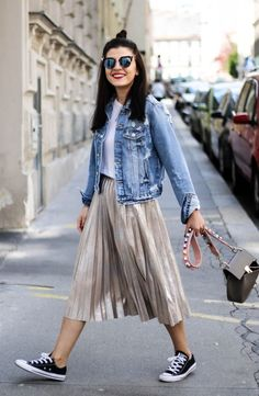 30 Comfy Spring Outfits For Your Everyday Look Klamotten Clothes Style Wardrobe Wear Mystyle Streetfashion Kleidung things to wear Metallic Skirt Outfit, Metallic Pleated Skirt, Pleated Midi Skirt, Pleated Skirt Outfit Casual, Metallic Outfits, Beige Skirt, Metallic Jacket, Fashion Mode, Fashion Outfits
