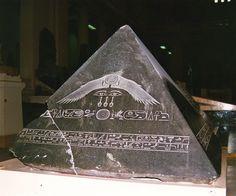 Piramidón de Amenemhat III. DIn. XII. Era el supuesto remate de las  pirámides- Hecho de basalto e incrito con el nombre del faraón.