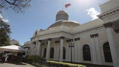 Chavistas rodean Parlamento y lanzan cohetes pirotécnicos en los alrededores