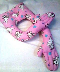 Esta almohada es muy útil, ayuda a la mami y relaja a el bebé ya que controla el sindrome Moro, y es un excelente regalo, espero les guste este paso a paso. ... Doll Patterns, Sewing Patterns, Baby Net, Sewing Crafts, Sewing Projects, Baby Towel, Baby Pillows, Waldorf Dolls, Crochet Videos