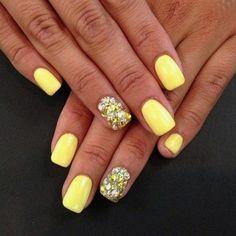 Unghie giallo fluo: la nail art dell'estate