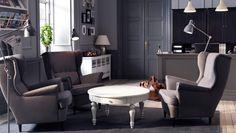 Un vestíbulo con sillones SANDMON en gris y una mesa de centro ISALA