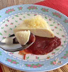 Mousse de queijo com goiabada - Ingredientes: 01 copo de requeijão 01 lata de creme de leite com soro 01 lata de leite condensado 250 gramas de creme de ricota 01 sachê de gelatina em pó, sem sabor, preparados conforme instruções da embalagem.