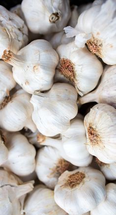 Cooking with garlic is well-worth the scent. Check out these easy tips, health benefits, and mouth-watering recipes. Fresh Fruits And Vegetables, Fruit And Veg, Life Fitness, Fitness Armband, Food Patterns, Food Wallpaper, Food Backgrounds, Fitness Tracker, Vegetable Dishes