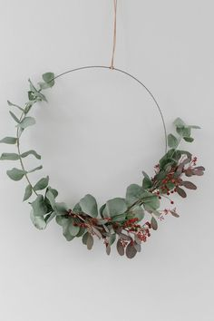 Last year my favorite Christmas decoration was made of eucalyptus - do you remember the garland? It hung almost until May, because eucalyptus is wonderful to dry. This year I tried the trendy wreaths that can be seen all over the social media channel Simple Christmas, Beautiful Christmas, Christmas Home, Christmas Wreaths, Christmas Crafts, Christmas Decorations, Fall Wreaths, Navidad Simple, Fleurs Diy