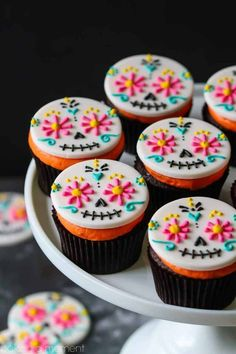 Day of the Dead Cupcakes: so colorful & so much fun for Halloween! food desserts cupcakes halloween desserts Day of the Dead Cupcakes Halloween Desserts, Bolo Halloween, Hallowen Food, Halloween Food For Party, Halloween Cookies, Halloween Treats, Vintage Halloween, Vintage Witch, Halloween Makeup