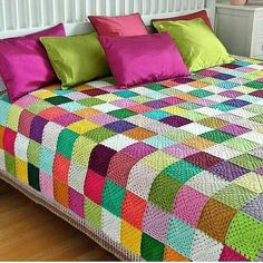 This Pin was discovered by SukCrochet granny squares, color on the diagonal.I havent idea how this blanket knitted but i love it bcs wonderfull isn't it? if you know, how this blanket knitted please tell me . Crochet Bedspread, Crochet Cushions, Crochet Quilt, Crochet Blocks, Crochet Home, Granny Square Crochet Pattern, Crochet Squares, Crochet Granny, Crochet Blanket Patterns