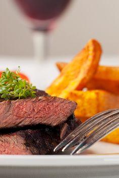 Flankesteaks med kartoffelfritter, bagte squash, tomat og chili Opskriften er fra Aarstiderne.com og alle ingredienser er derfor valgt efter sæson. Så nyd sæsonens lækre grøntsager og få mest ud af deres vitaminer og mineraler.   SlankeDoktor.dk