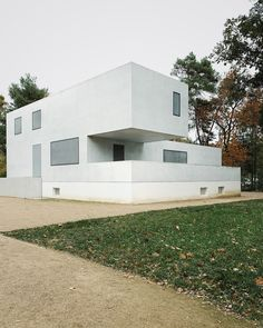In Dessau, Walter Gropius designed three houses for professors of the Bauhaus School. Known as the Masters Houses, they were destroyed during an air raid at the end of WWII. In 2014, Berlin–based Bruno Fioretti Marquez unveiled the New Masters Houses, a historically faithful but contemporary interpretation of the original, cubic structures. #dwell #bauhaus #moderndesign
