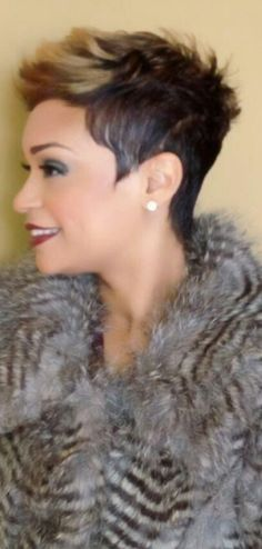 Idées et Tendances coupe courte Tendance Image Description I love this cut and especially the blonde in the bangs Short Sassy Hair, Cute Hairstyles For Short Hair, My Hairstyle, Pretty Hairstyles, Short Hair Cuts, Curly Hair Styles, Natural Hair Styles, Pixie Cuts, Love Hair