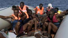 Los inmigrantes miran horrorizados los cuerpos de quienes murieron sofocados Una de las desgarradoras imágenes de Messinis muestra los cadáveres de jóvenes hombres y mujeres apilados uno encima de otro en la cubierta de un bote salvavidas mientras otros pasajeros miran aterrorizados los cuerpos.