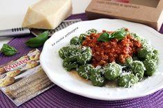 Gnocchi+ricotta+e+spinaci+con+ragù+veloce+di+carne