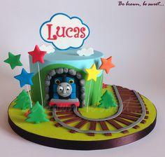 Segunda tarta de Thomas y sus amigos para el 2 cumpleaños de Lucas. #tarta #cake #tartathomasyamigos #tartathomas #thomascake #thomas&friendscake #thomasandfriendscake #thomasandfriends #thomasysusamigos #fondant #hechoamano #handmade #tren #train #tartatren #traincake #birthdaycake