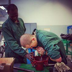 Aux écoles #militaires de #Bourges (EMB) un #élève suit une #instruction sur le réglage du système de visé optronique du #fantassin à équipement et liaison intégré (FELIN) d'un #fusil de #précision (FR-F2). Placées sous le commandement unique dun officier général les EMB comprennent deux organismes de formation : lécole du train et de la logistique opérationnelle et lécole du matériel. Ainsi organisées elles représentent le pôle dexcellence de la logistique du milieu terrestre. Les écoles…