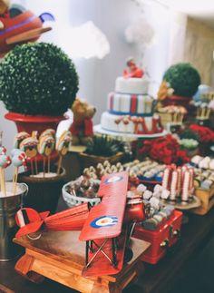 Para o primeiro aniversário do Lucas, as festeiras Marina Moura e Carol Barreto, da Laço de Fita, juntaram o clean ao lúdico. O resultado foi uma decoração inspiradora e divertida, que traz o vermelho como cor principal
