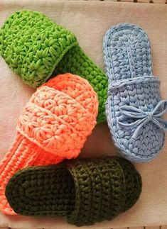 Lindos Chinelos de Crochê, Inspire-se Crochet T Shirts, Crochet Gifts, Diy Crochet, Crochet Baby, Easy Crochet Slippers, Crochet Slipper Boots, Crochet Slipper Pattern, Crochet Patterns, Crochet Flip Flops