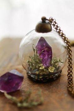 近頃、雑貨屋さんやアクセサリーショップでよく見かけるガラスドームのアクセサリー。まんまるのガラスボールの中に可愛らしいお花やビーズなどがつめ込まれていて、その世界観に女子なら誰もがはっと目を奪われますよね。 このガラスドームアクセサリー、実は簡単に手作りできちゃうんですよ♡