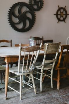 Mismatched chairs for the dining room table. Mismatched Chairs, Old Chairs, Antique Chairs, Antique Furniture, Sillas Shabby Chic, Shabby Chic Chairs, Interior Exterior, Interior Design, Le Logis