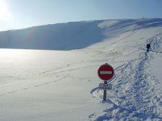 Sens interdit perdu dans la neige.