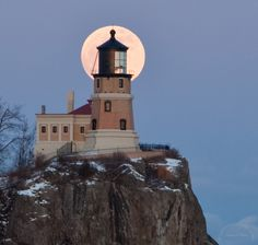 Full Moon at Rock Lighthouse on Lake Superior Split Rock Lighthouse, Beacon Of Light, State Of The Union, Light Of The World, Beautiful Buildings, Beautiful Places, Lake Superior, Over The Moon, Nautical Theme
