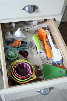 Itu0027s All About Organizing This Post Tells How To Organize Kitchen Cabinets  And She Exposes All Her Drawers And Cabinets To Tell You How She Does It!