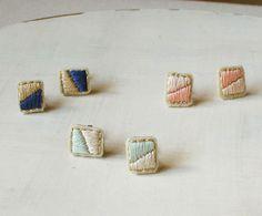 【メール便可】シンプルなバイカラーの刺繍ピアス『two color』選べる6色