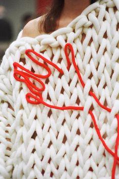 Knitwear designed by Celeste Tesoriero and made by Jacqui Fink using Extreme Knitting Yarn in merino white Moda Crochet, Knit Crochet, Textile Manipulation, Extreme Knitting, Big Knits, Fashion Details, Fashion Design, Knit Fashion, Knitwear Fashion