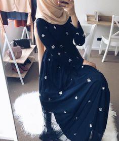 fashion hijab 60 Looks de Hijab avec robe - fashion Hijab Outfit, Hijab Dress Party, Girl Hijab, Street Hijab Fashion, Abaya Fashion, Modest Fashion, Fashion Dresses, Muslim Women Fashion, Islamic Fashion