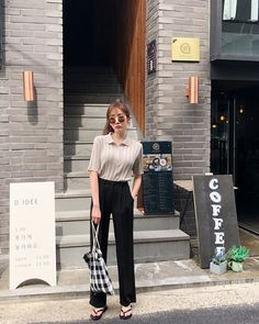 Find images and videos about kfashion, asian fashion and kstyle on We Heart It - the app to get lost in what you love. Korean Fashion Minimal, Minimalist Fashion Women, Korean Girl Fashion, Ulzzang Fashion, Korean Street Fashion, Foto Instagram, Professional Outfits, Korean Outfits, Classy Outfits