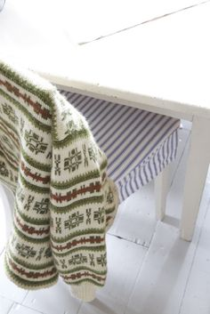 from the Norwegian Lyst company - lots of really beautiful patterns. Fair Isle Knitting, Baby Knitting, Norwegian Style, Norwegian Knitting, Hand Knitted Sweaters, Knitting Designs, Pattern Fashion, Bunt, Mantel