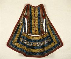 Σεγκούνα, 19ος αι., Ύψος 68 εκ. Μήκος 1.00 εκ. Περαχώρα - Κορινθία, Αθήνα, Μουσείο Ελληνικής Λαϊκής Τέχνης, Α.Μ. 4471 Σεγκούνα αχειρίδωτος μάλλινος επενδύτης γυναικείας ενδυμασίας που -εκτός από την Κορινθία και την Αργολίδα- απαντάται σε πολλές περιοχές (Ρούμελη, Εύβοια, Ήπειρος). Αποτελείται από λευκήτσόχα, με επίρραπτες φάσες βελούδου και κόκκινης τσόχας. Κέντημα με μεταξωτά πολύχρωμα κορδόνια (κόκκινα, κίτρινα, γαλάζια, λευκά). Μέχρι το 1900 οι σεγκούνες ήταν λευκές και πολύ μακριές.