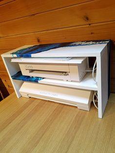 praktischer platzsparender Tischaufbau für die Plotter. Eigenbau aus Holz, grundiert und mit Acrylic Pouring bemalt