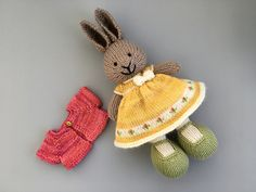Ravelry: suzymarie's Tiny Buds Dress Knitted Bunnies, Knitted Stuffed Animals, Crochet Bunny, Knitted Animals, Knitted Dolls, Crochet Bows, Knit Or Crochet, Bunny Outfit, Little Cotton Rabbits