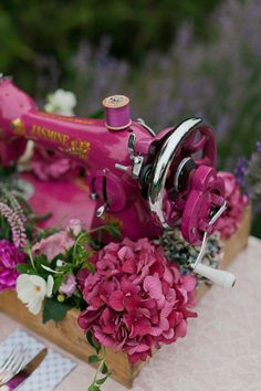 Vintage Sewing SEWING MACHINE centerpiece - Lavender Inspiration Shoot by Kate Robinson - via magnoliarouge Sewing Hacks, Sewing Crafts, Sewing Projects, Sewing Ideas, Antique Sewing Machines, Vintage Sewing Patterns, Frühling Wallpaper, Kate Robinson, Hortensia Hydrangea
