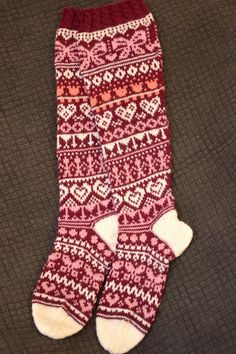 KARDEMUMMAN TALO: Ystävänpäiväsukat Knitting Stitches, Knitting Socks, Knitting Patterns, Knit Socks, Cool Socks, Mittens, Fun, Crafts, Fashion